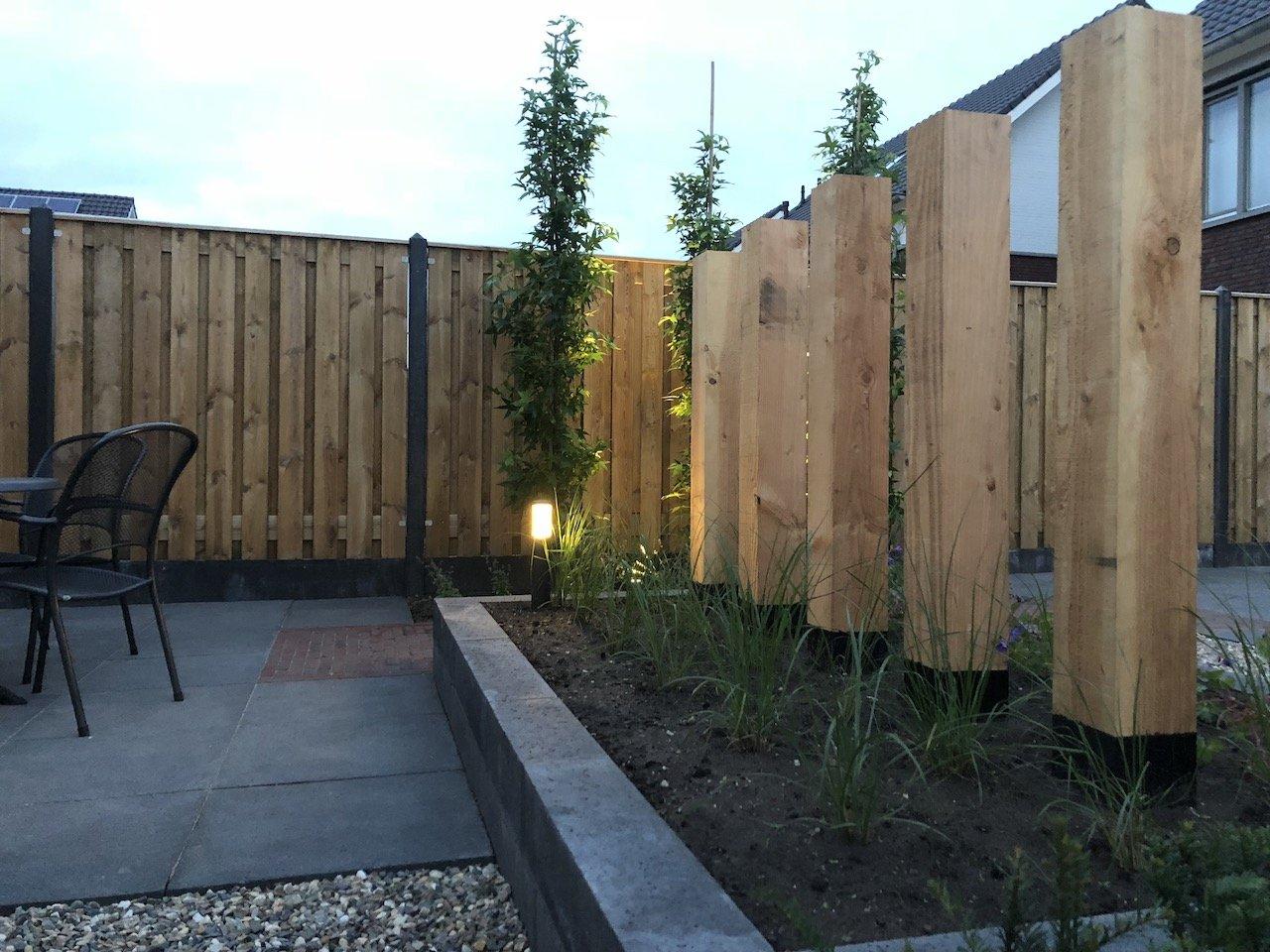 Gezellige strakke achtertuin met douglas palenwand