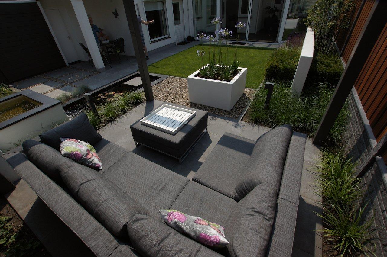 Kleine moderne achtertuin met vijver