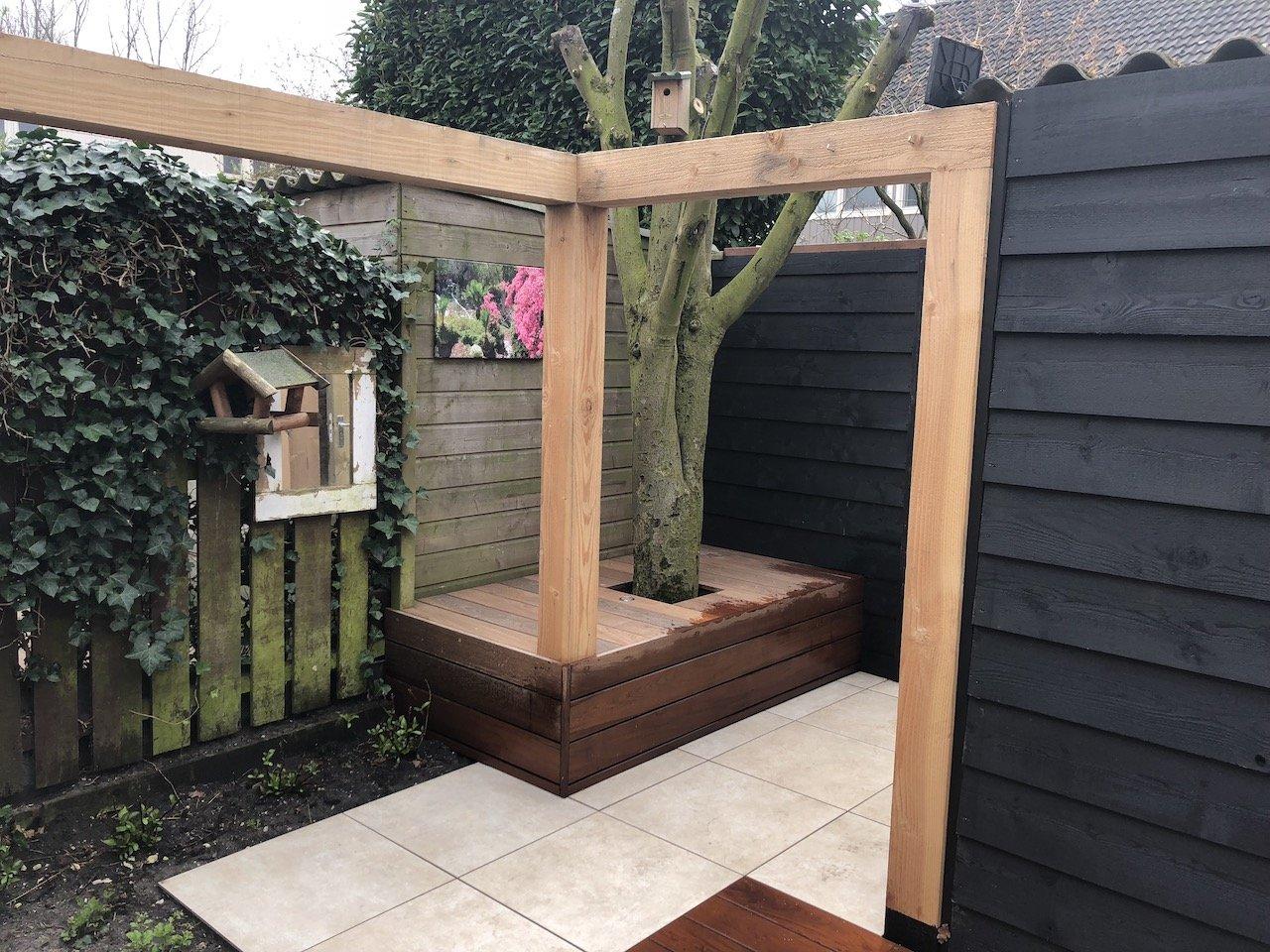 Sfeervolle kleine achtertuin met vlonder